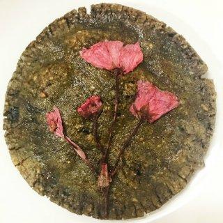 イカ墨と桜のコンビネーション!今までなかった斬新な煎餅