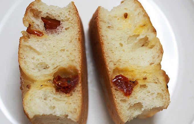 セミドライトマトの旨味が流れ出す豪徳寺「ユヌクレ」のフォカッチャ