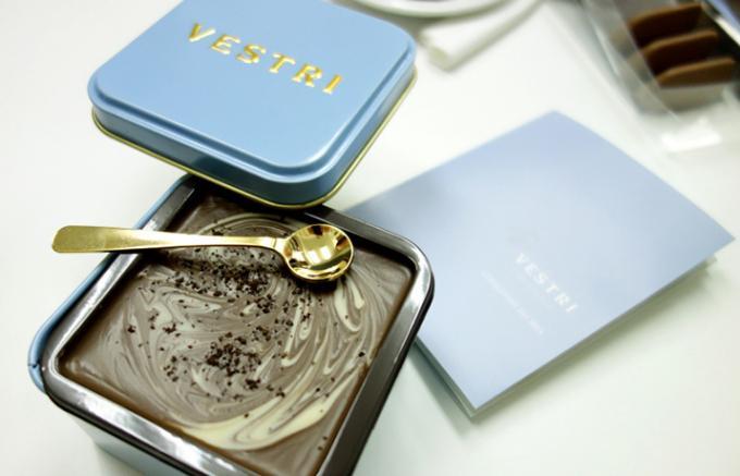 金のスプーンですくってそのまま口へ運ぶデザート感覚のチョコレート