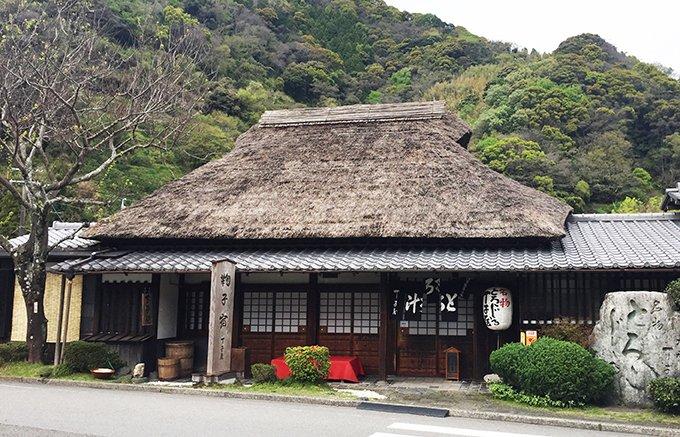 浮世絵と名物ー弥次・喜多も食べた丁子屋のとろろ汁をイメージさせる「とろろ芋羊羹」