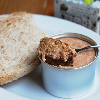 濃厚なチーズとレーズンを使った伝統的な豚肉のテリーヌ缶詰
