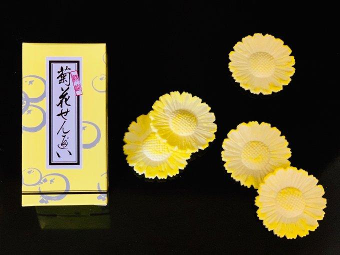 菊の花が愛らしい、秋を感じさせる美しい和スイーツ、金沢・諸江屋の「菊花せんべい」