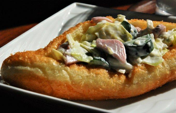 揚げパンに挟んだサラダはクセになる!?大分県臼杵市『パンロード』のサラダパン