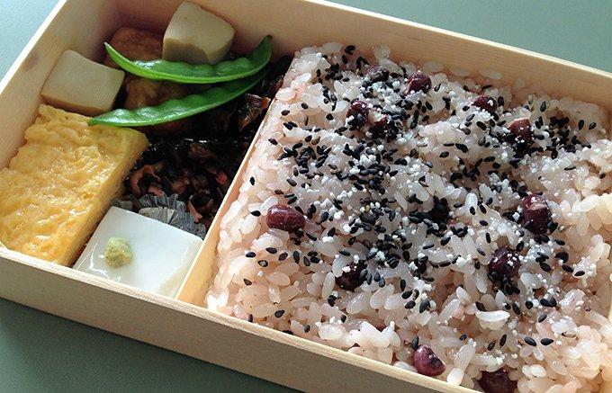 抹茶ババロアの有名店、神楽坂・紀の善の「赤飯弁当」
