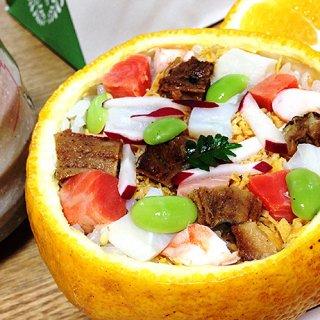 園遊会気分を味わう、赤坂・茶懐石寿司「有職」のみかんに入った茶巾寿司