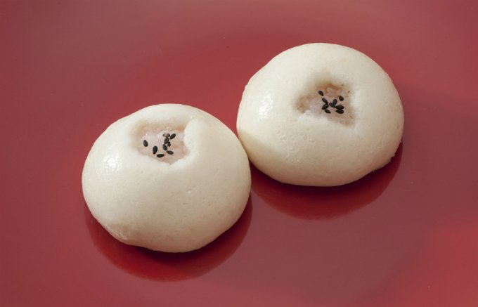 信州ではお祝い事の際に食べられる、お饅頭の中にお赤飯がはいった「赤飯まんじゅう」