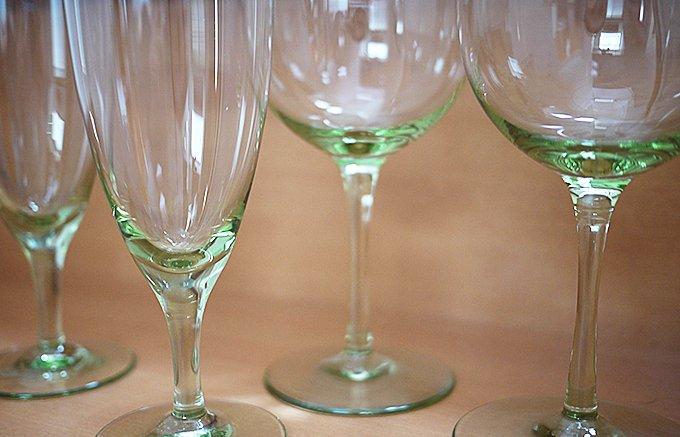 やさしい緑色で硬質で丈夫な「萩ガラス」