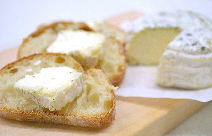 """季節限定!北海道の森が薫る""""共働学舎""""の熟成チーズ「ヤチヤナギ」"""