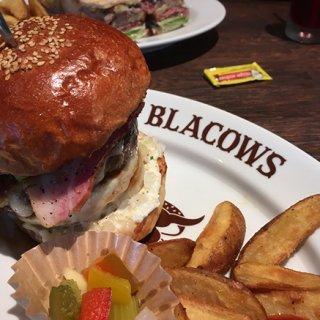 ボリュームがハンパない!A5ビーフだけを贅沢に使ったブラックカウズのハンバーガー