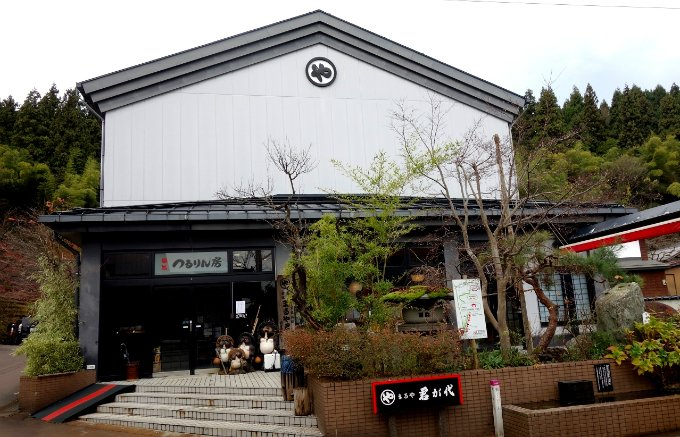 明治18年創業。日本を代表する歌を冠した「まるや君が代」のうどん「君が代」
