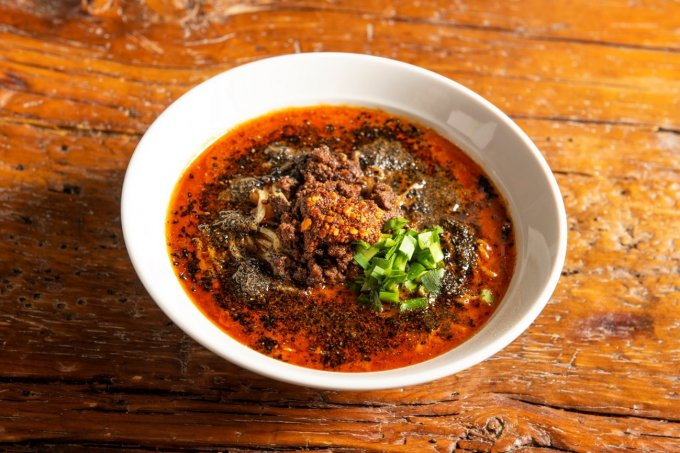 担担麺ブームの礎を築いた「紅虎餃子房」の「黒胡麻担担麺」がご家庭で楽しめる日が!