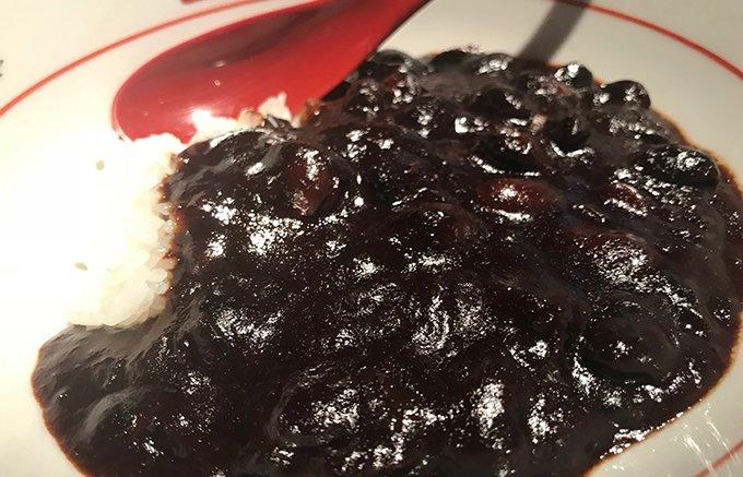 これは珍しい!丹波種黒豆をじっくり煮込み食べやすい本格的な「漆黒」のカレー
