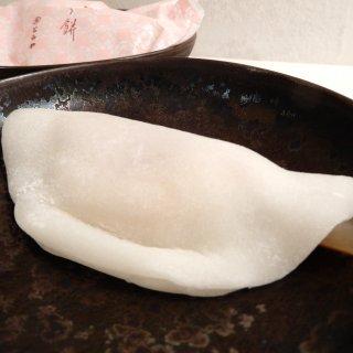 赤ちゃんのほっぺのような白餅が上品なハーモニーを包み込む、とらやの「花びら餅」