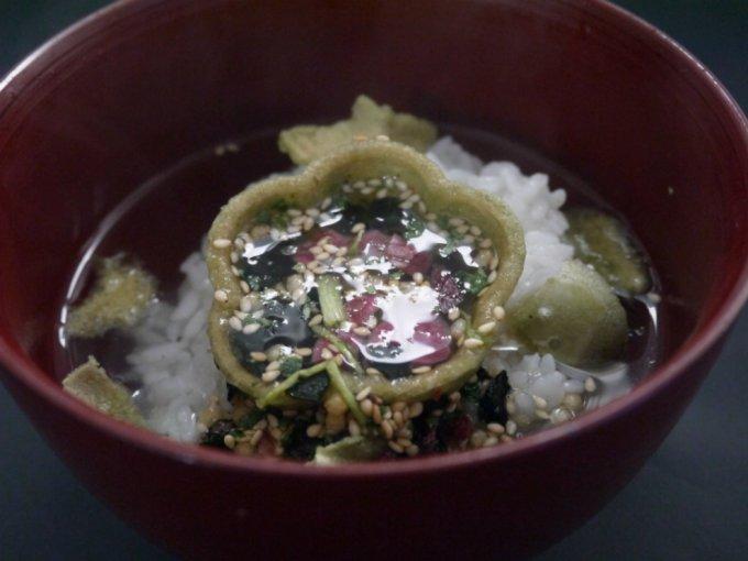小梅型の最中に京風具材をとじ込めて。高級感あふれる『辻が花』のお茶漬け最中