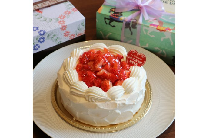 お祝い事に花を添える!そこかしこに工夫がほどこされた「苺ショートケーキ」