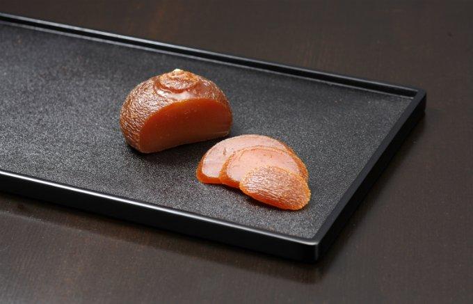厳選された柚子を丸ごと1個!品な甘さとほろ苦さが絶妙な「丸柚餅子」
