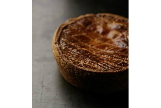 レーズンと杏ジャムがポイント!ソーセージのような形に仕立てたロールケーキ