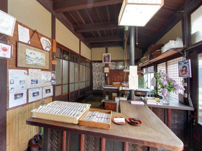 錦秋の京都でひっそりと佇む和菓子屋。京都・大黒屋鎌餅本舗 の「鎌餅」