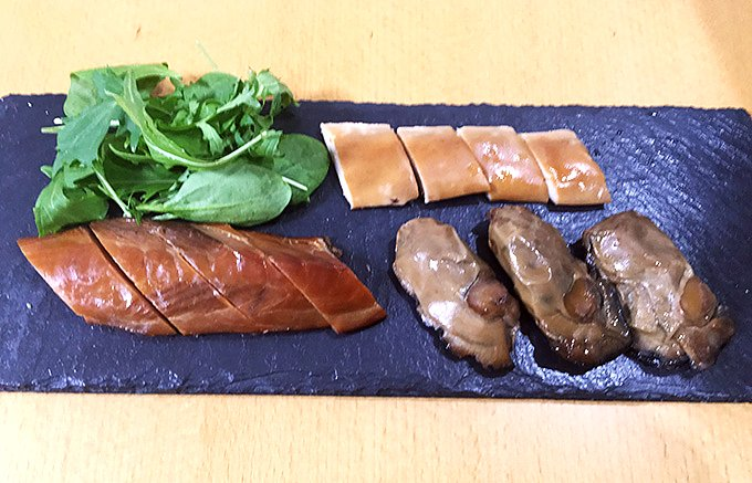 お酒の肴としての燻製作りにこだわる横浜燻製工房の「牡蠣の燻製」と「白子の燻製」