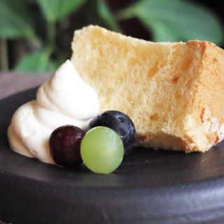 膨張剤は一切使わず 卵白の泡立ての力で焼き上げるシフォンケーキ