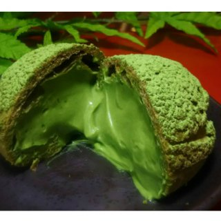 上質な抹茶を使用したごつごつとした風貌もインパクトがあるシュークリーム『岩苔』