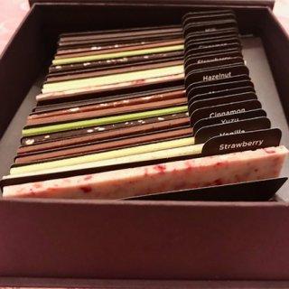 11種のフレーバーが楽しい、まるで辞書のようなプレミアムなショコラ