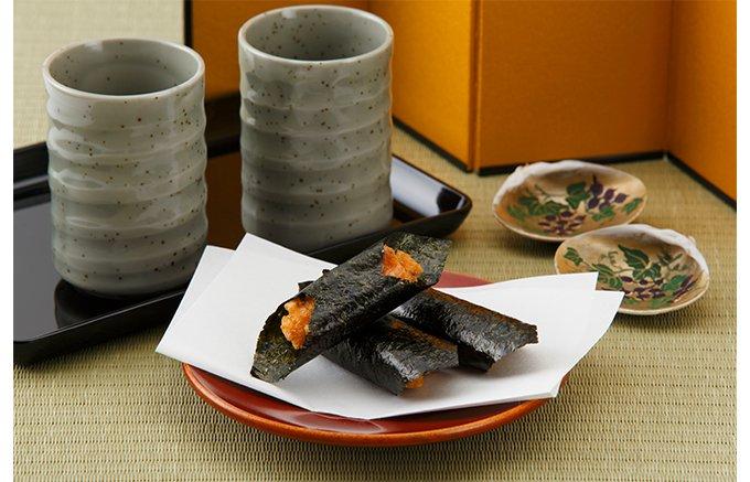 サックリと揚げた煎餅に贅沢すぎるほどの海苔を巻いた「大師巻」
