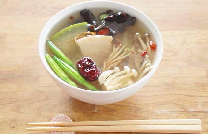 夏バテ気味のあなたに朗報!薬膳たっぷりの健美麺はなんと18種類の漢方食材入り。