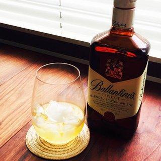 40種類におよぶモルト原酒をブレンドしたスコッチは、秋の夜長にロックがおすすめ