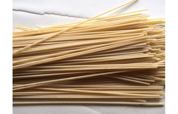 昔ながらの絞り出し器で造られる有機デュラムセモリナ粉の職人パスタ