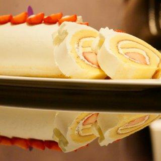 究極美!シンプルで華やかな「苺スフレロールケーキ」