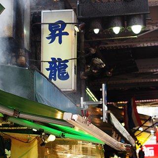 上野・アメ横名物「ガラケー大」もある『ジャンボギョウザ』