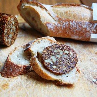 """パンにワインに好相性 """"イチジクでできた丸太""""という意味の「フィグログ」"""