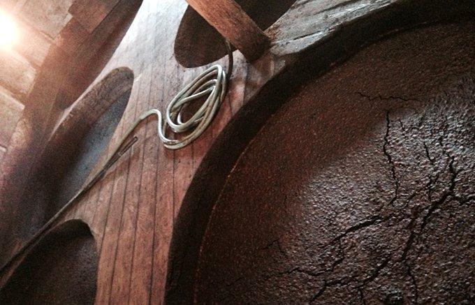 ていねいに、100年越えの木桶で2年熟成「菊醤」