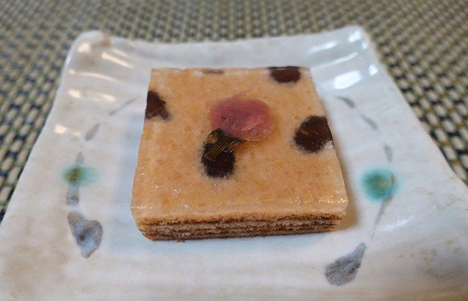 飾りたくなる美しさ、バウムクーヘンの上にプルンと透明なわらび餅