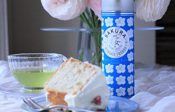 茶葉に淡いピンクの花びら。ふわっと上品な香り漂う期間限定「サクラグリンティー」