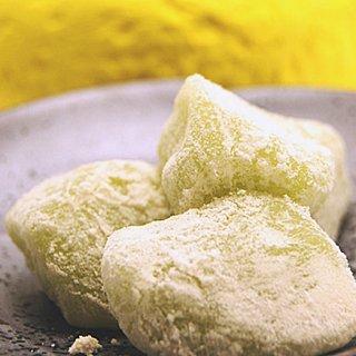 香り高い柚子をやわらかな求肥にこめた風味豊かなつまみ菓子「柚餅」