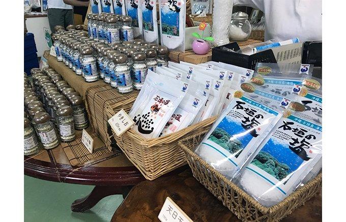 石垣島のコバルトブルーの海で作られる「石垣の塩」
