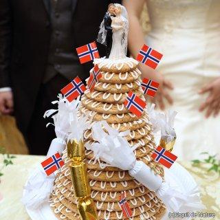 心温まるお祝い菓子「クランセカーケ」で祝うノルウェー式結婚式