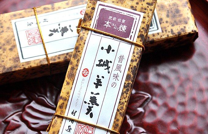 表面を白く糖化させているのが特徴の佐賀県の老舗 村岡屋の「昔風味の小城羊羹」