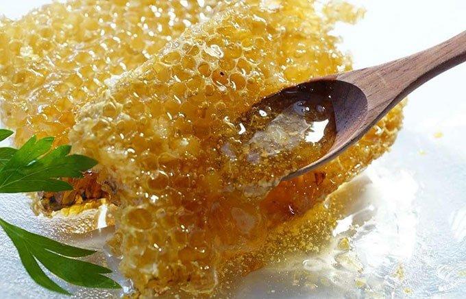 巣箱で熟成した日本ミツバチのはちみつは完熟フルーツみたいで海外へのお土産に大人気