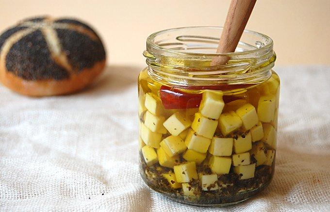 カイザーゼンメル(オーストリアのパン)に合う、北海道チーズのオイル漬け