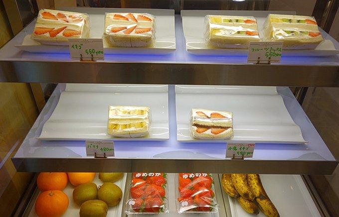 ふわっふわ素材と美しい断面にこだわったカワイイ「フルーツサンド」