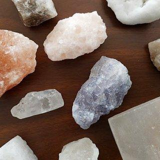 結晶の中に含まれる成分によって色も味も異なる!お皿を華やかにする色彩豊かな岩塩