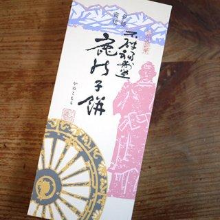 富山を代表する雪のようなお餅に、金時豆を子鹿の模様にあしらった生菓子「鹿の子餅」