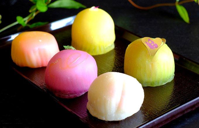 旬のフルーツを引き立てる上品白あん。カラフル可愛い、老舗和菓子店のフルーツ餅