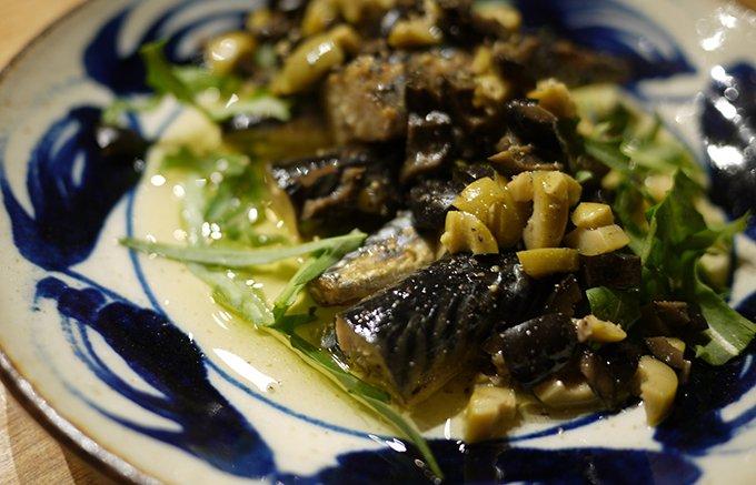 缶にびっしり!オリーブオイルと塩だけで漬け込んだサバの燻製はワインとの相性抜群