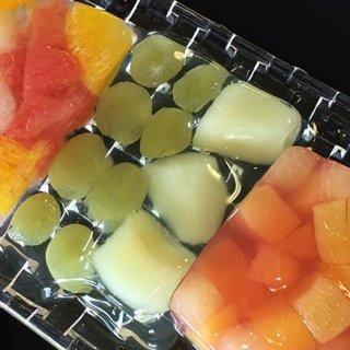 喉元ひんやり!果物がごろりと入ったツルンとジューシーなフルーツゼリー