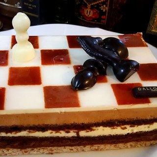 チェス盤を模した大人リッチなケーキは 特別な方へ贈りたい