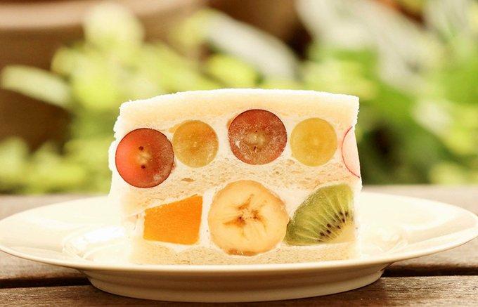 『サンドイッチパーラー楽楽』の宝石箱みたいな夏限定フルーツサンド